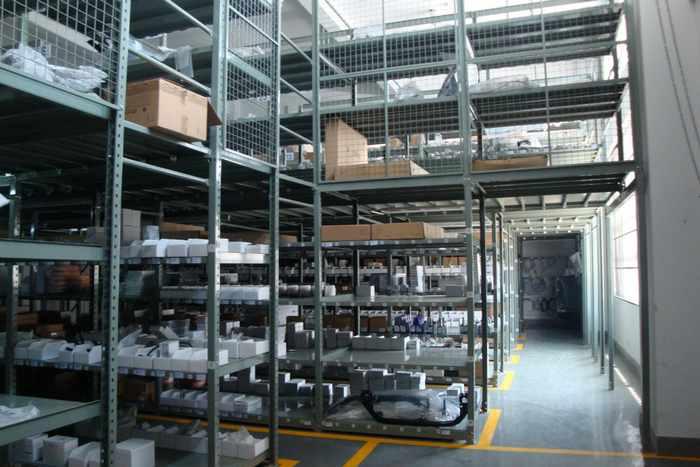 一般采用组合式结构(阁楼货架 中型货架),针对汽车行业备件特点及存放