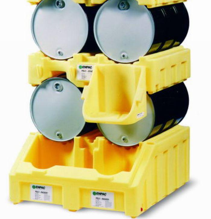 货架简述: 油桶货架顾名思义就是放油桶的货架,根据油桶的特点设计的货架。可以保证油桶的立体存放,保证油桶存放的稳定,并可以在油桶直接取油,避免二次操作带来的不便,提高工作效率。 油桶货架应用图  油桶货架的优势: 通常的金属油桶货架由油桶支架、取油架、接油盘组成,但在油桶盛放一些腐蚀性油品和化学品时,就容易出现严重腐蚀问题。另外在取油时,也会出先油品飞溅溢漏问题。 全塑型双桶叠放油桶货架是效的圆桶存储和控制泄漏的组合。比金属油桶货架更方法便捷使用,耐腐蚀,可以在油桶架上方便快捷分配油品,可用叉车搬运底座,